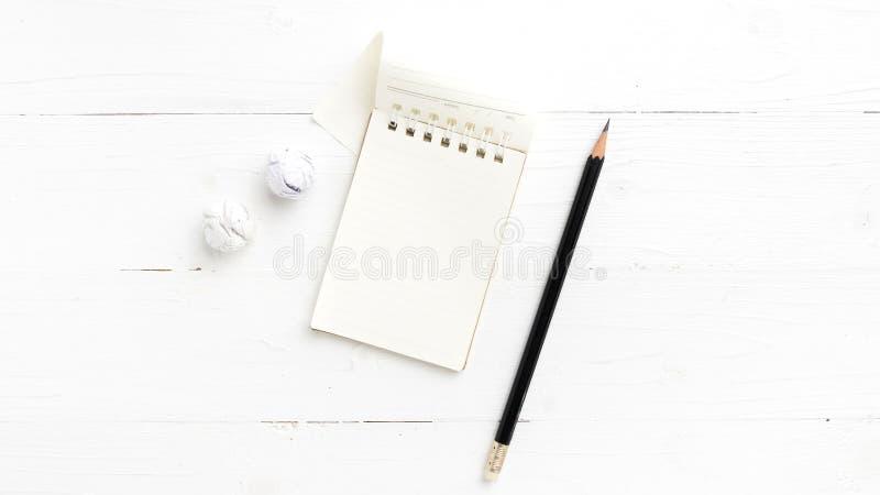 Notepad med den skrynkliga papper och blyertspennan arkivfoto