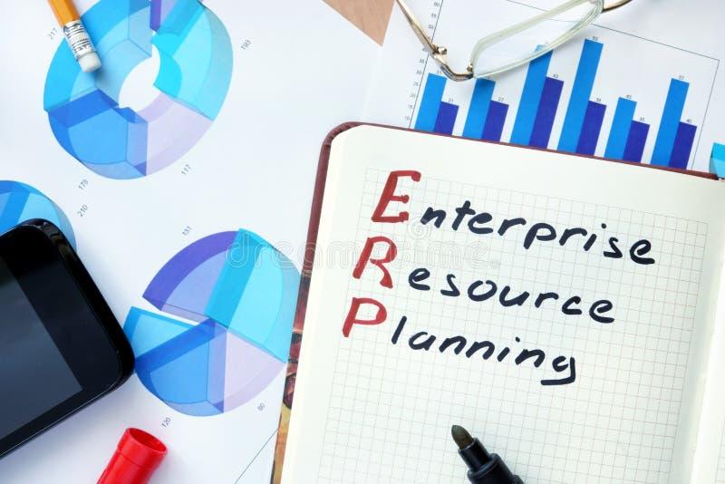 Notepad med för företagresurs för ord ERP begrepp och markören för planläggning arkivbild