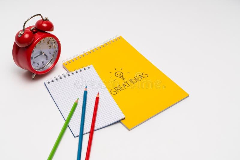 Notepad- och f?rgblyertspennor arkivfoton