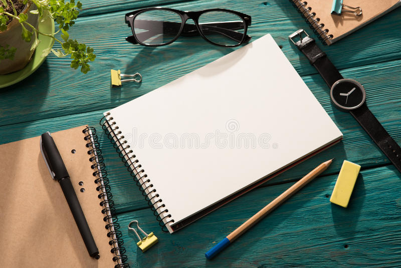 notepad- och kontorstillförsel på skrivbordet royaltyfria bilder