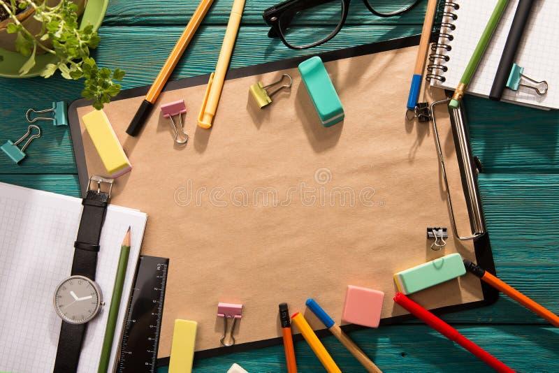notepad- och kontorstillförsel på skrivbordet arkivfoton
