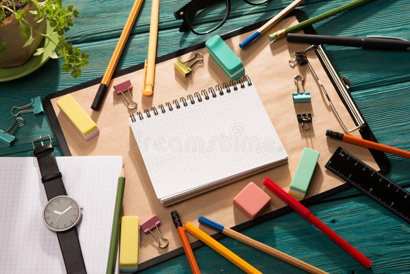 notepad- och kontorstillförsel på skrivbordet arkivfoto