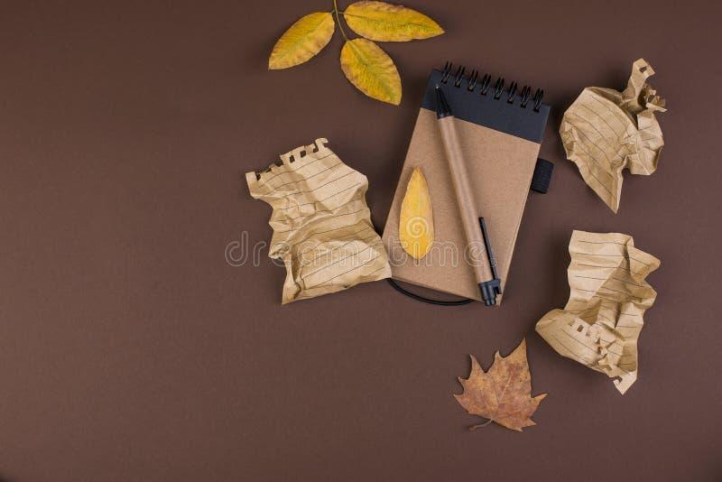 Notepad och skrynkliga ark för att skriva, svårt arbete som skrivar ett brev Fritt avstånd för text Höstatmosfär och guling arkivbilder