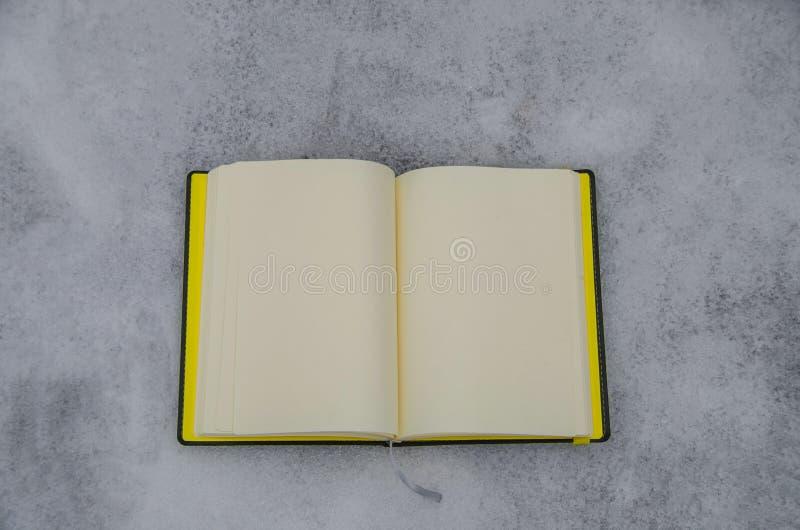 Notepad på en vit bakgrund arkivbilder