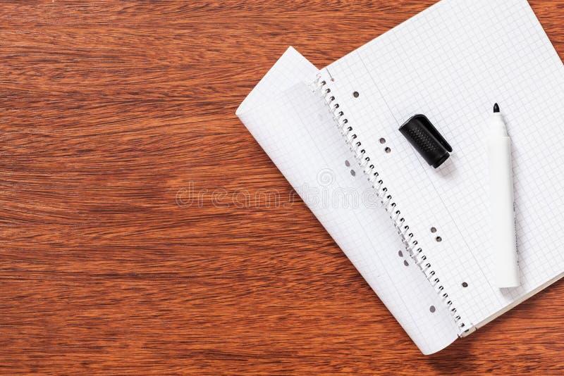 Notepad, papper, penna, blyertspenna för studie eller arbete i kontoret royaltyfria bilder