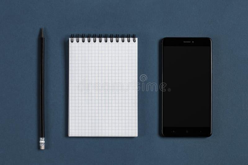 Notepad, svarttelefon och blyertspenna arkivbilder