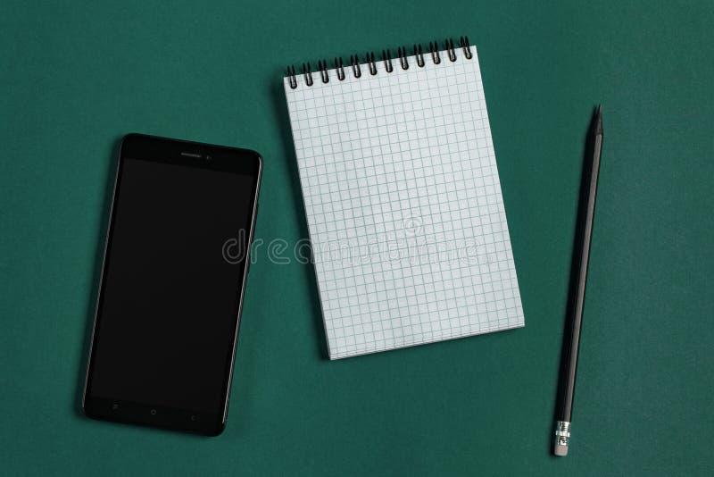 Notepad, svarttelefon och blyertspenna royaltyfri fotografi