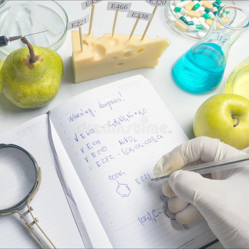 Notepad z badanie naukowe raportem na laboratorium stole z selekcyjnej ostro?ci skutkiem i b??kitny pi?ro zdjęcia royalty free