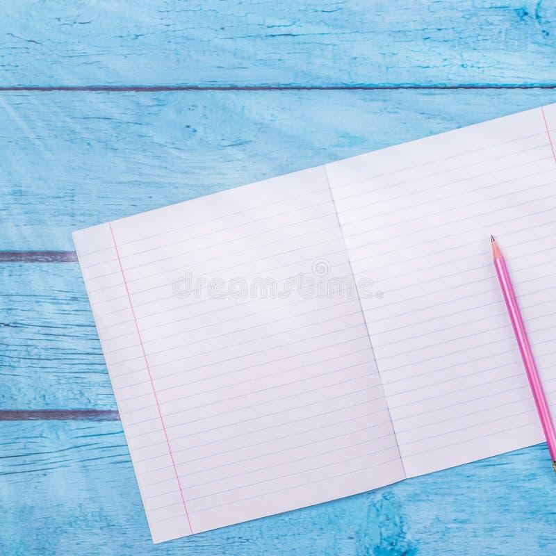 Notepad z o??wkiem na drewno deski tle u?ywa? tapet? dla edukaci, biznesowa fotografia Bierze notatk? produkt dla ksi??ki z zdjęcia royalty free