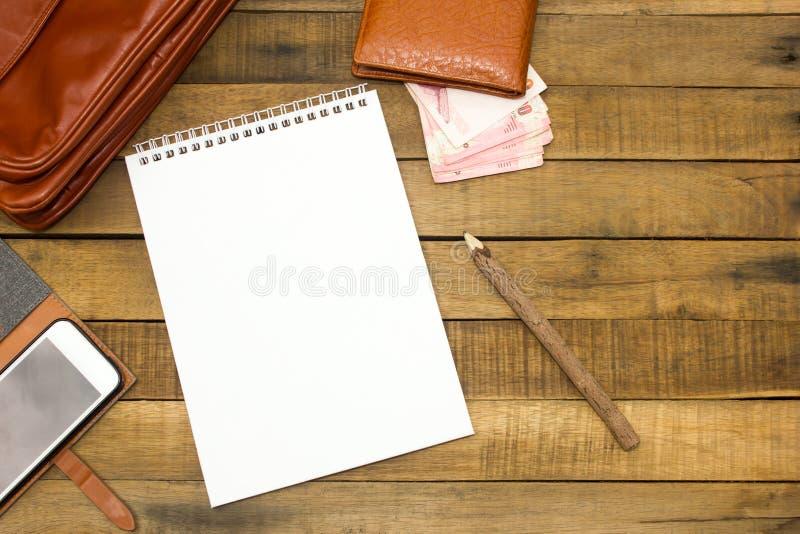 Notepaper, карандаш, кожаная сумка, бумажник, деньги, мобильный телефон стоковое фото rf