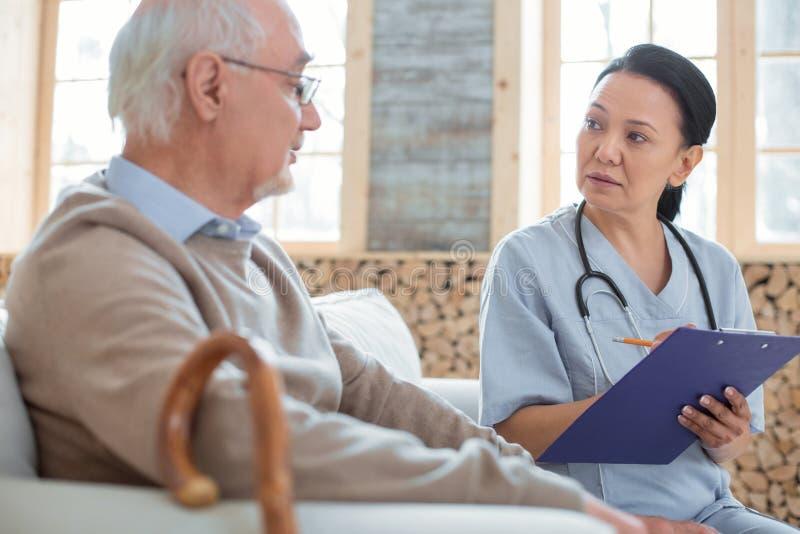 Noter inquiété de docteur supérieur équipe des symptômes image stock