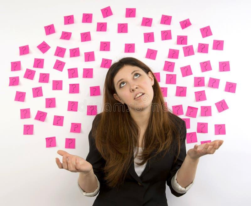 Noterar rosa klibbigt för ung kvinna ifrågasätter markerar arkivfoton