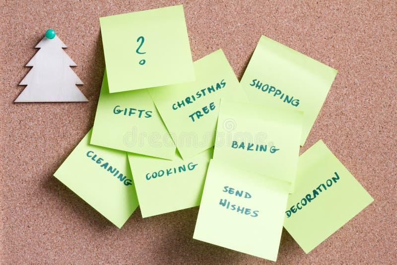 Notes collantes avec rappel sur le carton liège Les choses à faire avant le concept de Noël image libre de droits