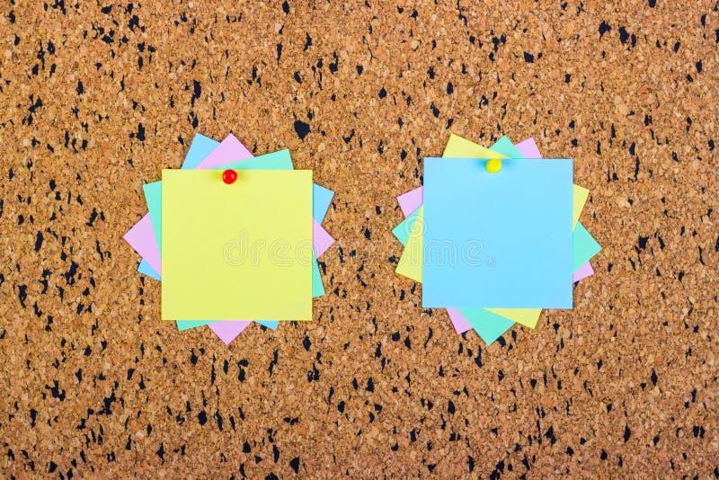 Notes collantes colorées sur des babillards de liège photographie stock libre de droits