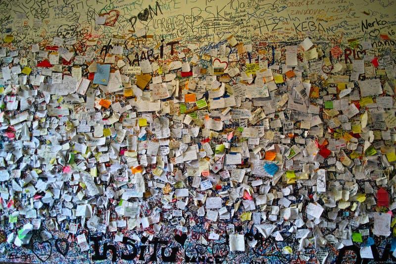Notes d'amour coincées sur le mur image libre de droits