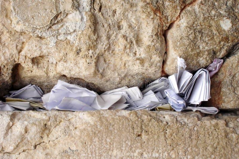 Notes dans le mur pleurant Israël photographie stock