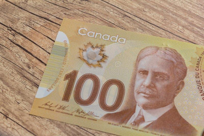 Notes de papier de Canada Dollar Bils sur la table rustique en bois image stock