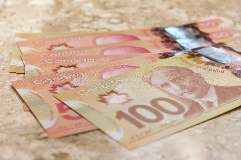 Notes de papier de Canada Dollar Plan rapproché sur la table de marbre photographie stock