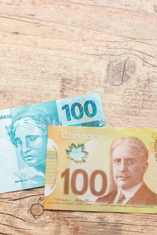 Notes de papier Canada et du Brésil Bils sur la table rustique en bois photos stock