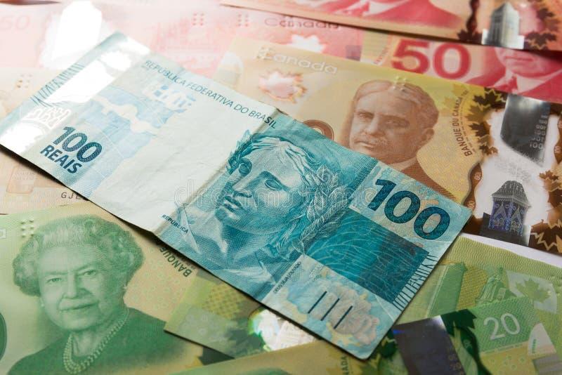 Notes de papier Canada et du Brésil Vue supérieure de diffusion de factures et photographie stock