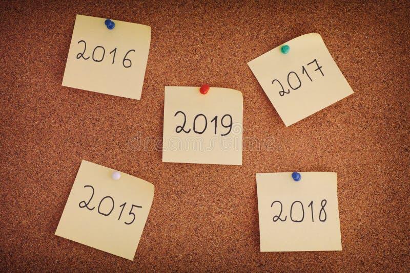 Notes de post-it avec des années à partir de 2015 à 2019 sur des babillards image stock