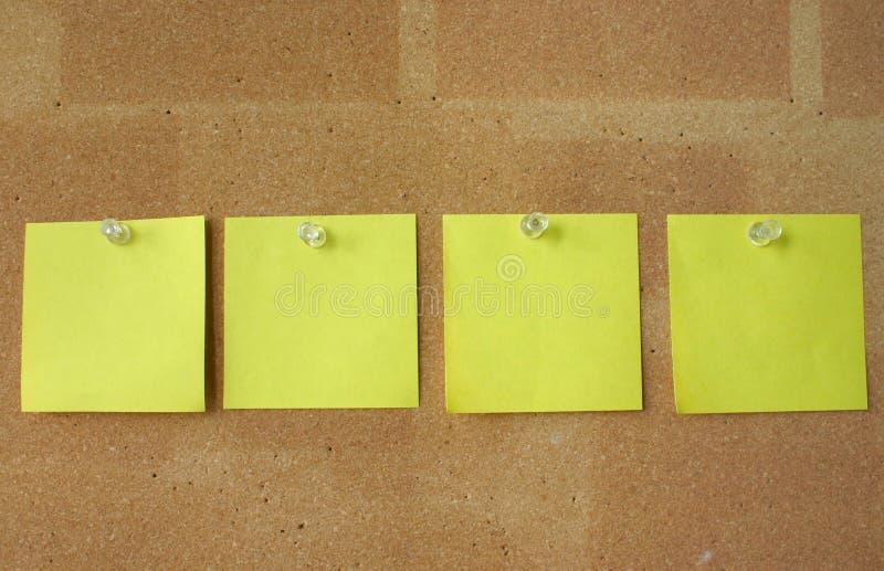 Notes de post-it goupillées dans la ligne photo libre de droits