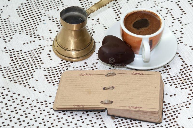 NOTES EN FORME DE COEUR DE BISCUIT DE CHOCOLAT DE CAFÉ photos libres de droits