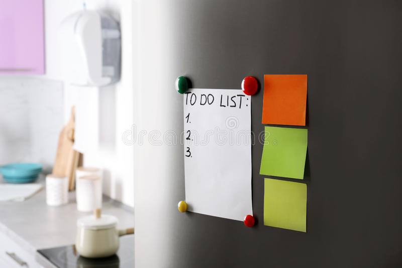 Notes, liste de remue-ménage et aimants de papier photos libres de droits