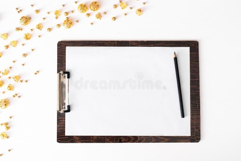Notes pour faire la composition en Noël de liste papier peint, décorations, ornements sur le fond blanc Configuration plate, vue  photos stock