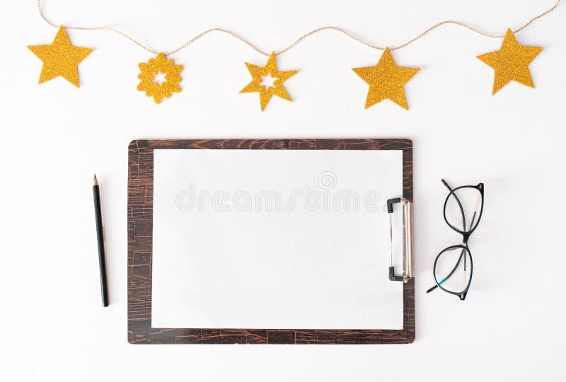 Notes pour faire le fond de composition en Noël de liste papier peint, décorations et coupes-circuit sur le petit morceau photographie stock