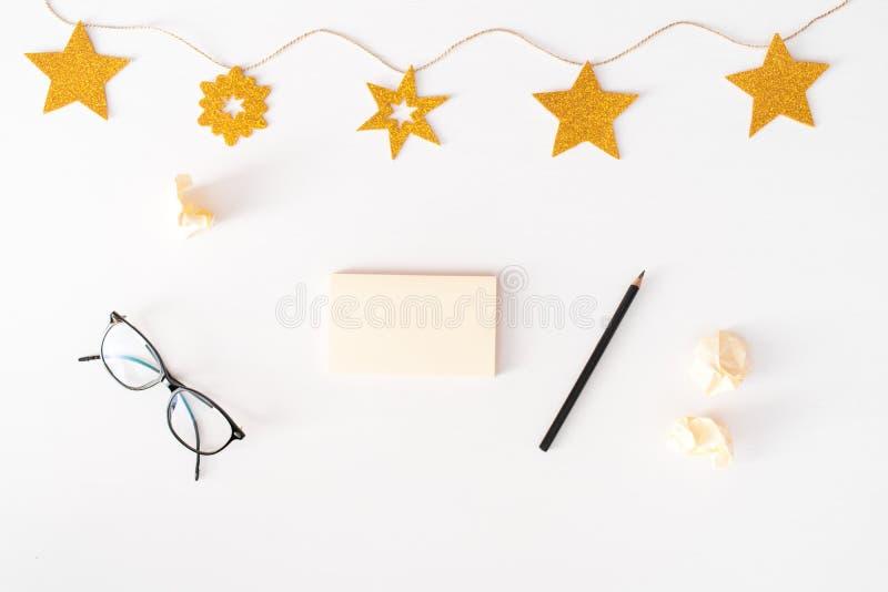 Notes pour faire le fond de composition en Noël de liste papier peint, décorations et coupes-circuit sur le petit morceau photos stock