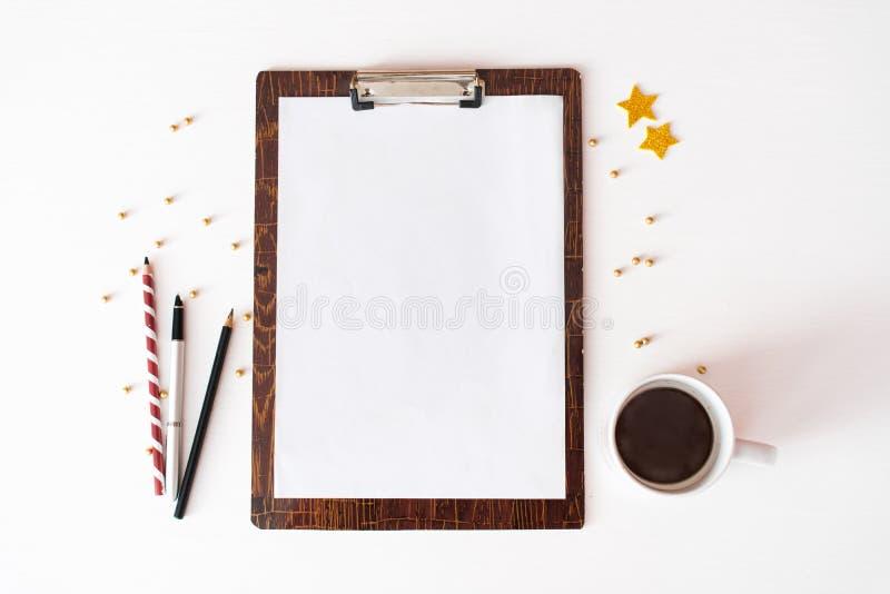 Notes pour faire le fond de composition en Noël de liste papier peint, décorations, ornements sur le fond blanc image stock