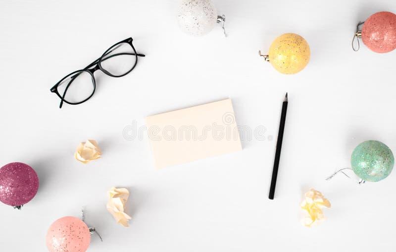 Notes pour faire le fond de composition en Noël de liste wallpaper, des boules de décoration, sur le fond blanc Configuration pla photos libres de droits