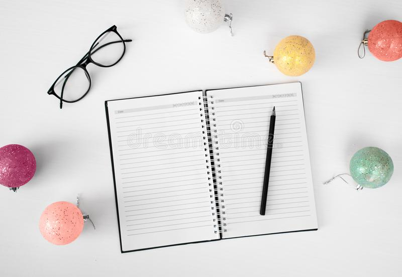 Notes pour faire le fond de composition en Noël de liste wallpaper, les cônes de pin, boules de décoration, sur le fond blanc Con photo stock