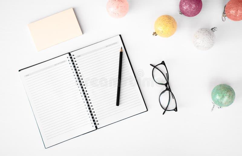 Notes pour faire le fond de composition en Noël de liste wallpaper, les cônes de pin, boules de décoration, sur le fond blanc La  image stock