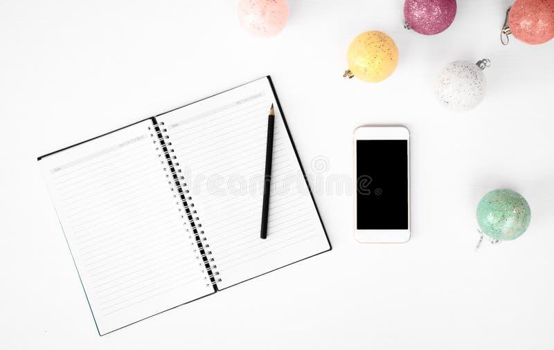 Notes pour faire le fond futé de composition en Noël de téléphone de liste wallpaper, les cônes de pin, boules de décoration, sur photo libre de droits