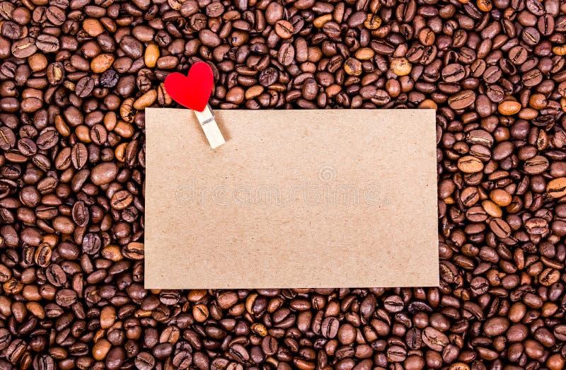 notez romantique Message romantique Page blanche sur le fond de café Fond rôti de grains de café photo libre de droits
