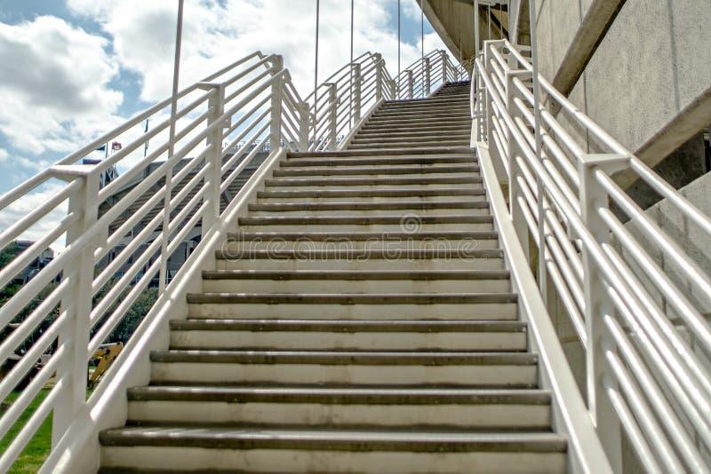 Notfall existieren Treppenhaus von der Parkplattform stockbild