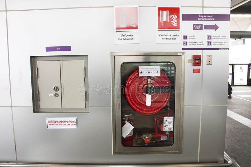Notfeuer-Ausrüstungsstation für Feuerwehrmann und Vorsichtaufkleber lizenzfreies stockbild