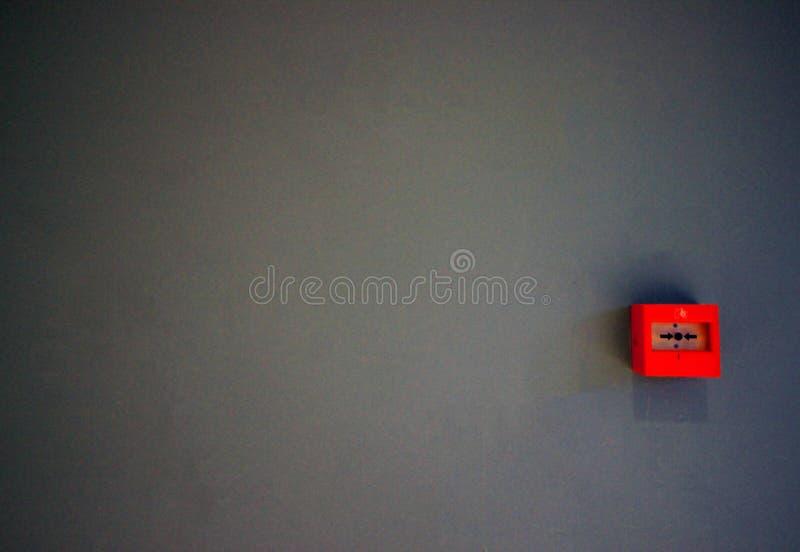 Notfeuer-Schalter oder Knopf gesetzt auf Grey Wall, Rettungs-Automatisierung, Feuer Bell lizenzfreies stockfoto