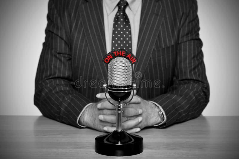 Noticiário retro e microfone. imagem de stock