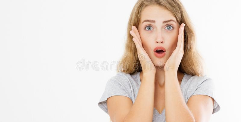Noticias calientes de grito rubias caucásicas sorprendidas de la mujer joven muchacha del chisme aislada en el fondo blanco Espac imagen de archivo