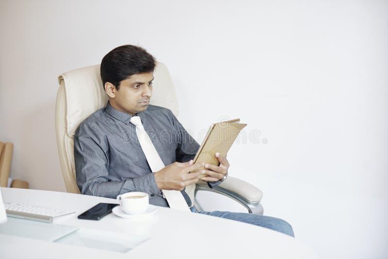 Noticias de la lectura del hombre de negocios en línea imagen de archivo
