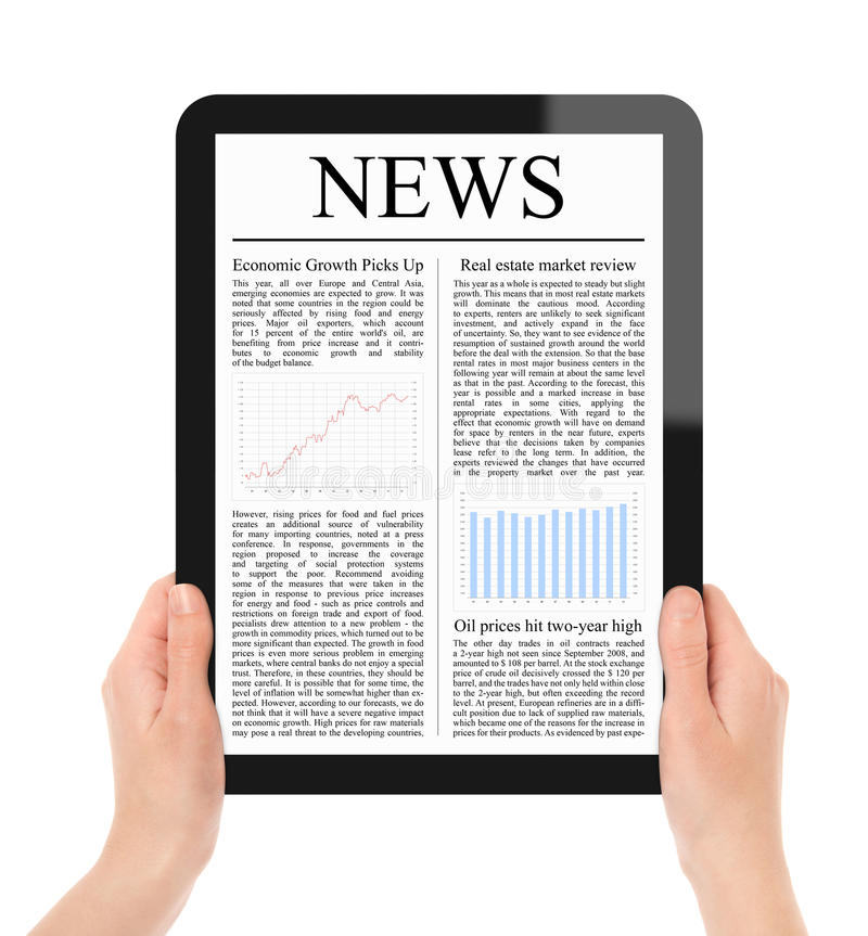 Noticias de la lectura en la PC de la tablilla fotos de archivo libres de regalías