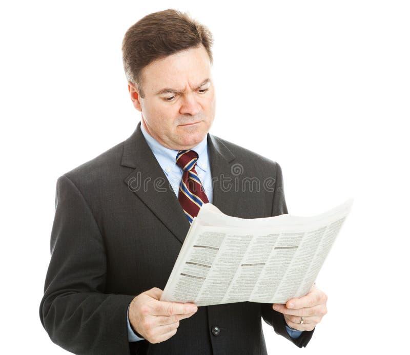 Noticias de lectura del hombre de negocios malas fotos de archivo libres de regalías