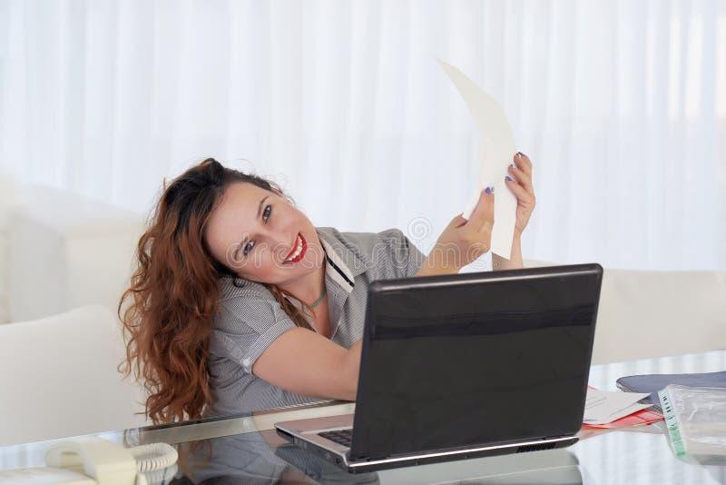 Noticias de lectura de la mujer feliz del empresario buenas en una letra fotos de archivo libres de regalías