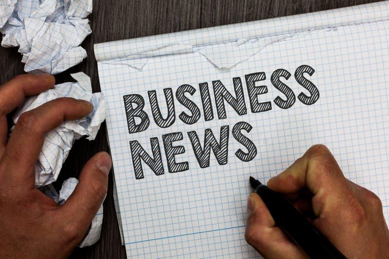 Noticias de negocio del texto de la escritura de la palabra Concepto del negocio para el hombre corporativo de la penetración del foto de archivo