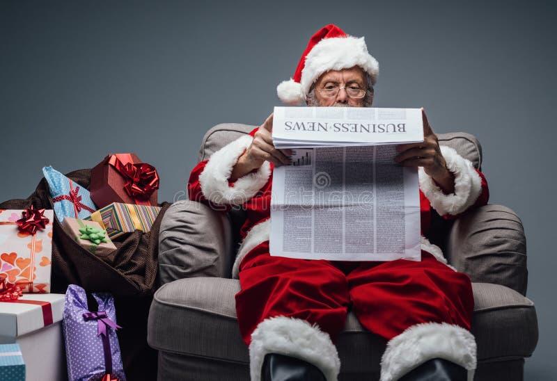 Noticias de negocio de la lectura de Santa Claus fotos de archivo