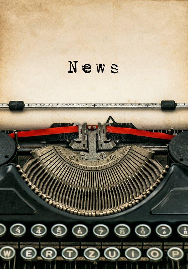 Noticias de papel texturizadas envejecidas máquina de escribir antigua de la hoja foto de archivo libre de regalías