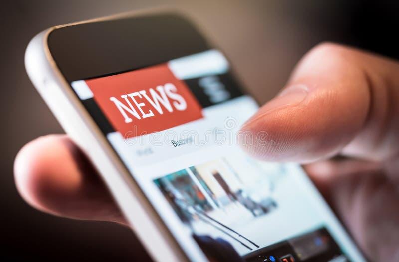 Noticias en línea en teléfono móvil Ciérrese para arriba de la pantalla del smartphone imagen de archivo libre de regalías